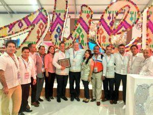 Entrega Amav Guerrero y el Secretario de Turismo reconocimiento a Pedro Falcón.